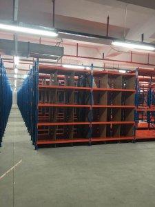 带分隔栏的中型货架